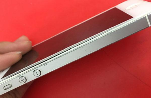 thay-pin-iphone-5-bi-phong
